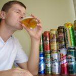 Парень пьет пиво
